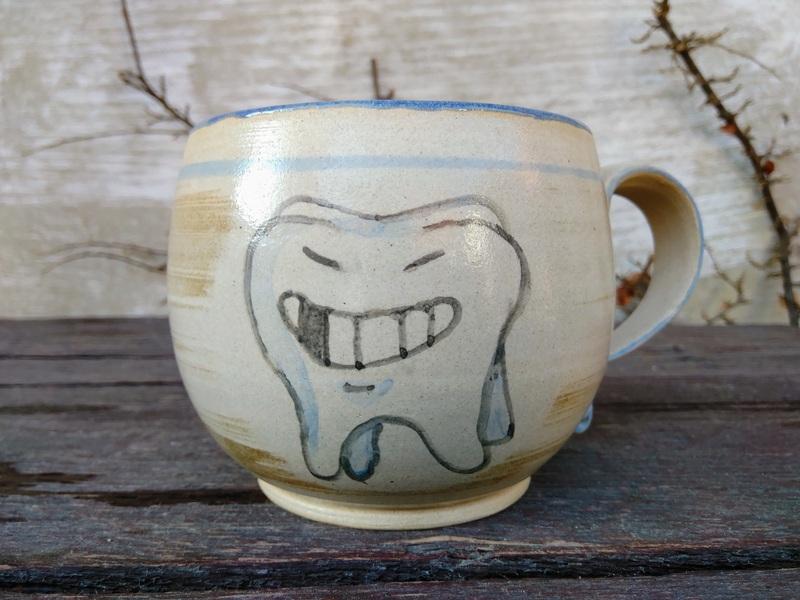 keramicky hrnec se zubem stolickou